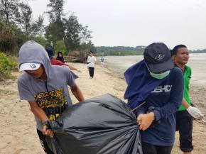 Kuliah Lapangan Dan Beach Cleaning Mahasiswa Ilmu Kelautan UBB Dan ITB